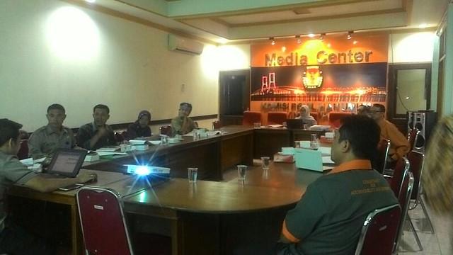 Suasana rapat konsultasi dan sinkronisasi anggaran Pilkada serentak 2018 di KPU Jatim (5/4)