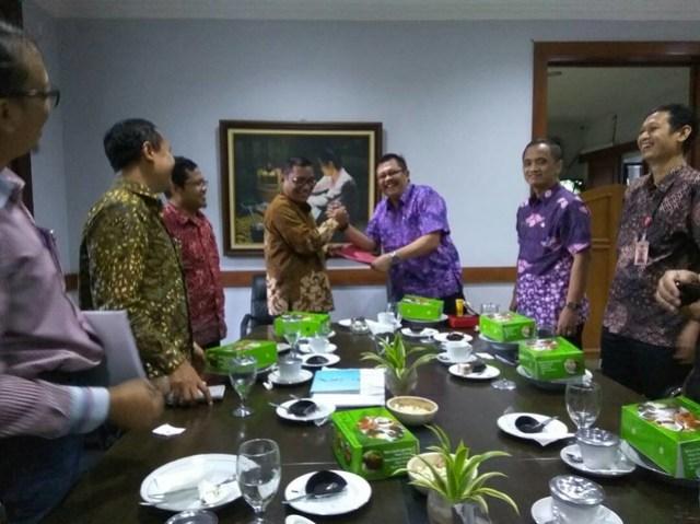 Sri Sugeng Pujiatmiko saat menyerahkan draft usulan fasilitasi Anggaran Panwaslih Kabupaten Tulungagung (27/4)