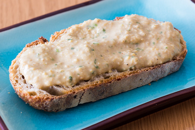 Pan con chermoula hummus