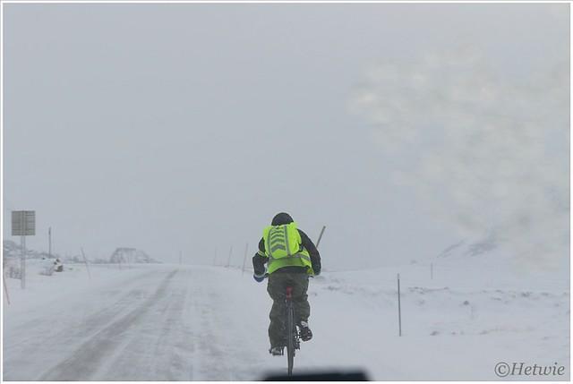 Op de fiets door de sneeuw.