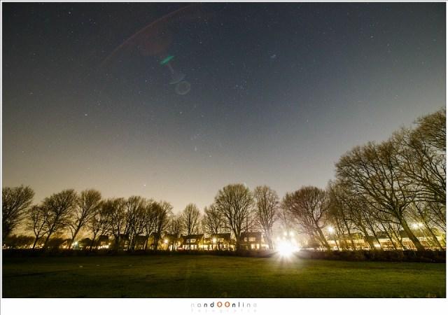 Flares door de koplamp van een auto. (Laowa 12mm f/2,8 zero-D op Canon EOS 1Dx - f/4 - ISO6400 - t=15sec - enkelvoudige opname)