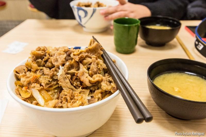 Gyudon con sopa de miso para comer en Japón