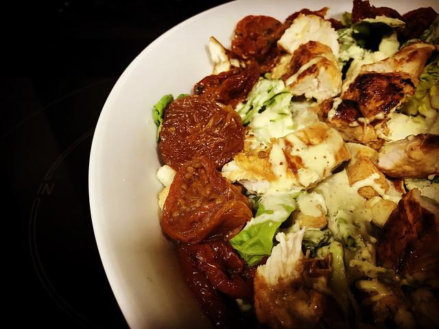 Ensalada César con pollo marinado y tomate seco. koketo