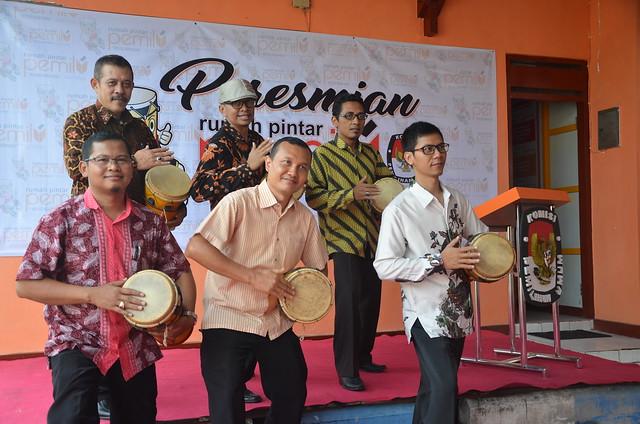 Komisioner & Sekretaris KPU Tulungagung Memperagakan Tari Reyog Kendhang Menjelang Persemian RPP Jumat lalu (31/3)