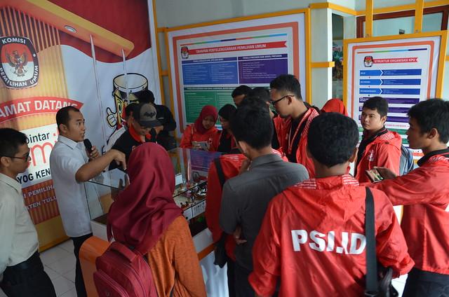 Pengurus DPD PSI saat mengunjungi RPP Reyog Kendhang KPU Tulungagung (20/4)