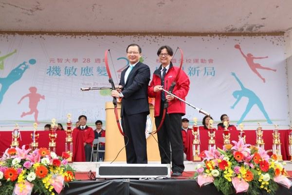 立委吳志揚(左)與元智大學校長吳志揚為元智校運會開幕