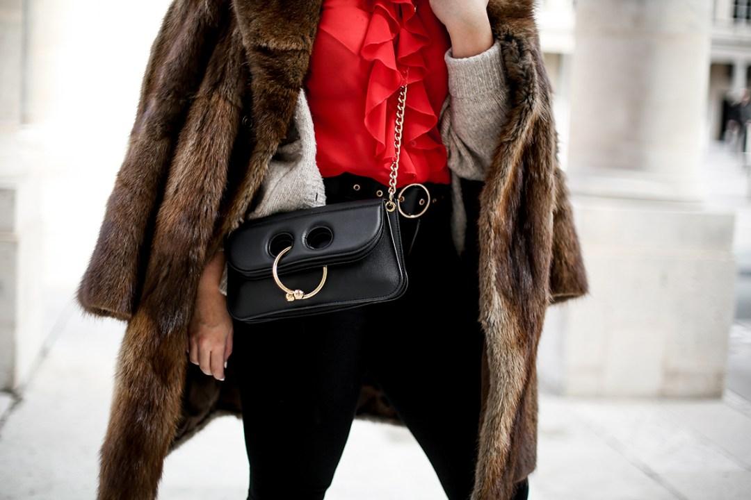 camisa-roja-volantes-pipa-de-la-paz-abrigo-pelo-vintage-look-studded-boots-myblueberrynightsblog3