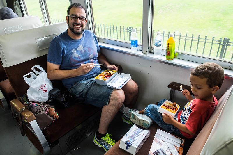 A comer un ekiben en el tren