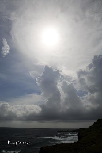 雙龍搶珠 | 朋友說的:底下那兩道向上發展的雲柱好像兩條龍, 爭搶著上頭的龍珠(太陽):p | Kovis Lo | Flickr