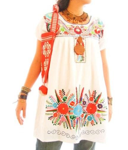 Vestido Mexicano blanco con mega bordado de flores de colores