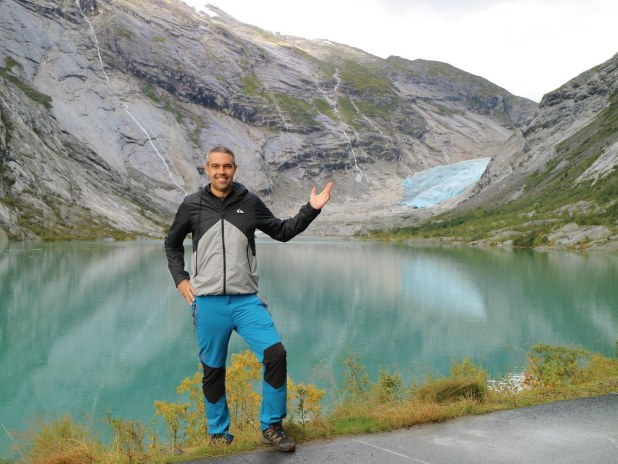 Lago frente al glaciar Jostedal