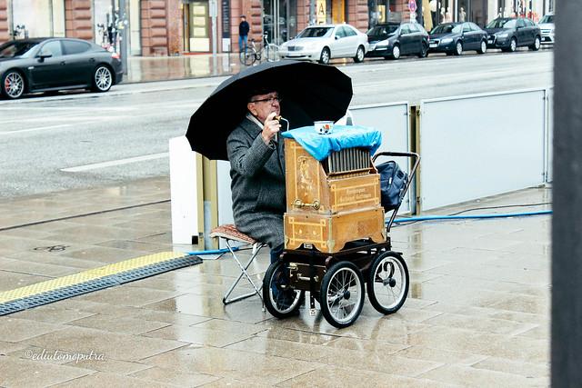 old man playing music hamburg.jpg