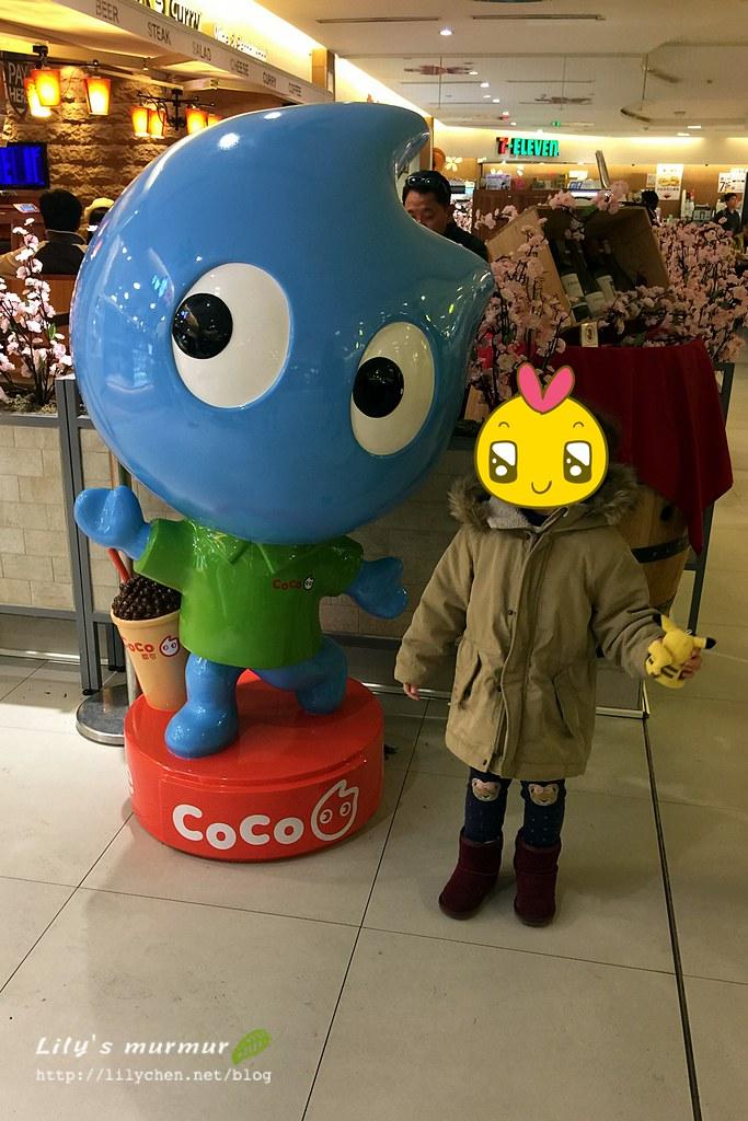 到了第二航廈美食街自行要跟Coco飲料公仔合照的小妮。