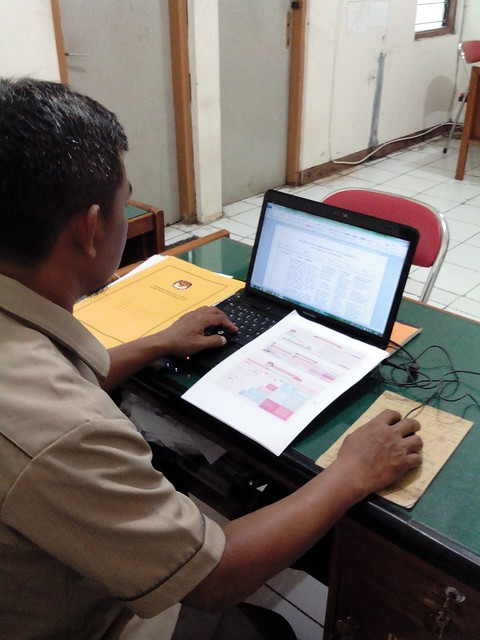 Staf Subbag Teknis Pemilu dan Hupmas KPU Tulungagung tengah mengerjakan progress report RPP (15/3)
