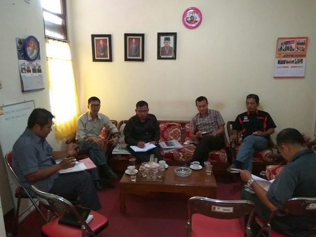 Suasana Rapat pleno KPU kabupaten Tulungagung di Ruang Ketua (13/3)