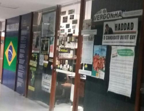 No gabinete de Bolsonaro na Câmara, ataques a petistas ganham mural, Mural do Bolsonaro
