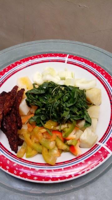 Campuran sayuran dan tempe siap di siram bumbu dari resep pecel sehat / vegetable salad and tempeh bacon