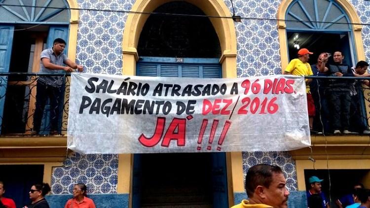 Foto do dia. Professores ocupam Prefeitura de Óbidos por salário atrasado, protesto1