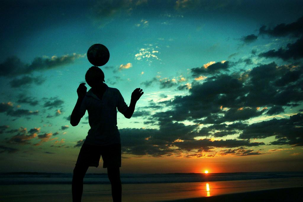 Ftbol De Sol A Sombra Un Nio Tecniquea En La Playa SAn