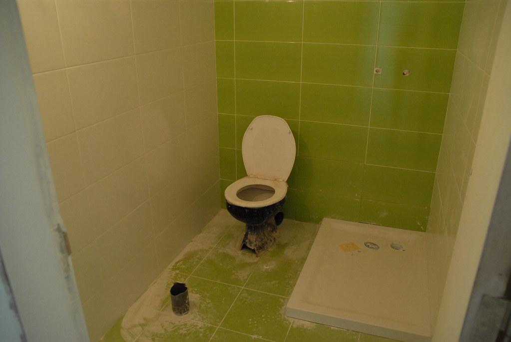 Casa de banho pequena dia 46  J com uma lmpada montada n  Flickr