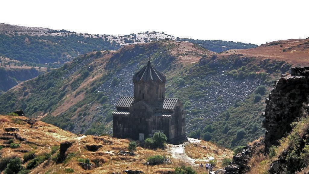 Vista exterior de Iglesia de Amberd Armenia 01