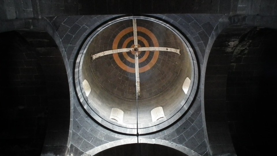 Iglesia altar y cupula interior Monasterio de San Jorge o Surp Gevork en Mughni Armenia 04