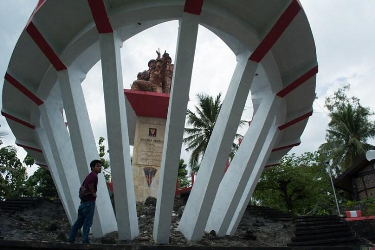 Monumen trisula dari bawah