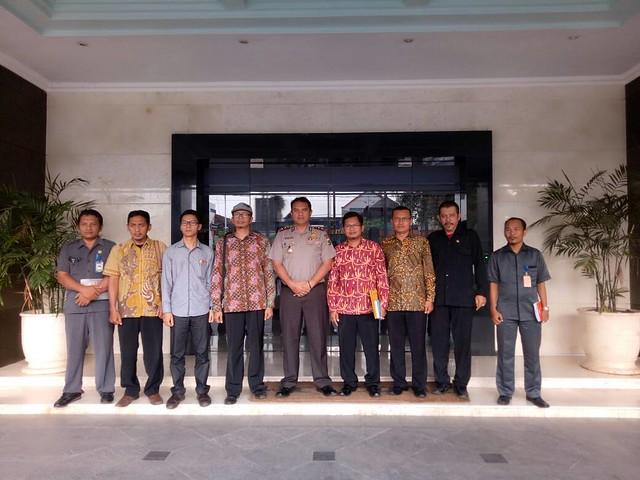 Foto Bersama Kapolres Tulungagung AKBP Yong Ferrydjon, SIK, MH., di depan Mapolres (8/5)