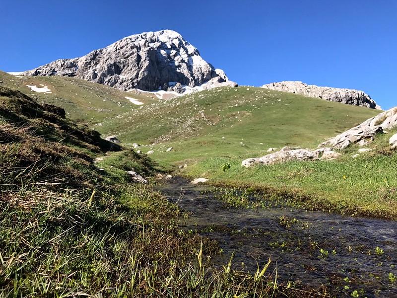 climbing giona mountain in south greece - υπέροχη θέα πυραμίδας γκιώνας σε ηλιόλουστη μέρα
