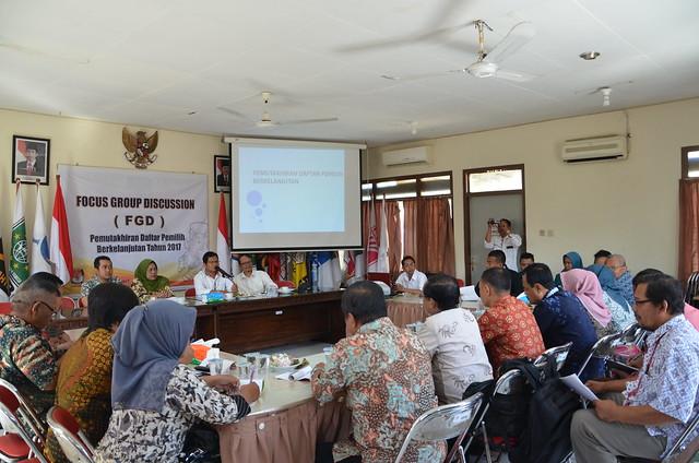 Suprihno saat membuka acara FGD Daftar Pemilih Berkelanjutan KPU Tulungagung (18/5)