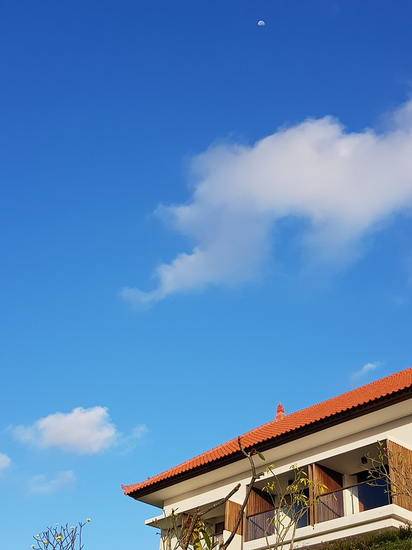Warna biru langit lebih matang dari aslinya