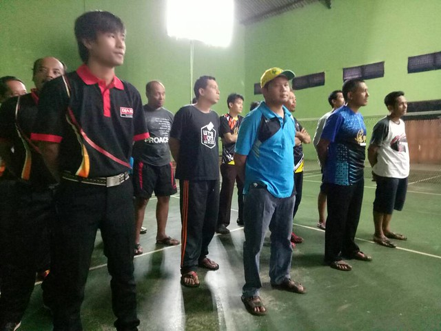 Tim Bulutangkis KPU Tulungagung mengikuti upacara pembukaan Ja'far Cup (29/4)