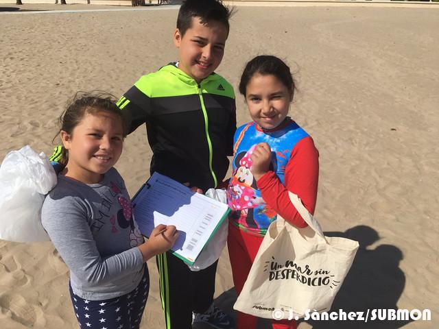 Escolares del CEIP Les Arenes de Valencia limpiando su playa