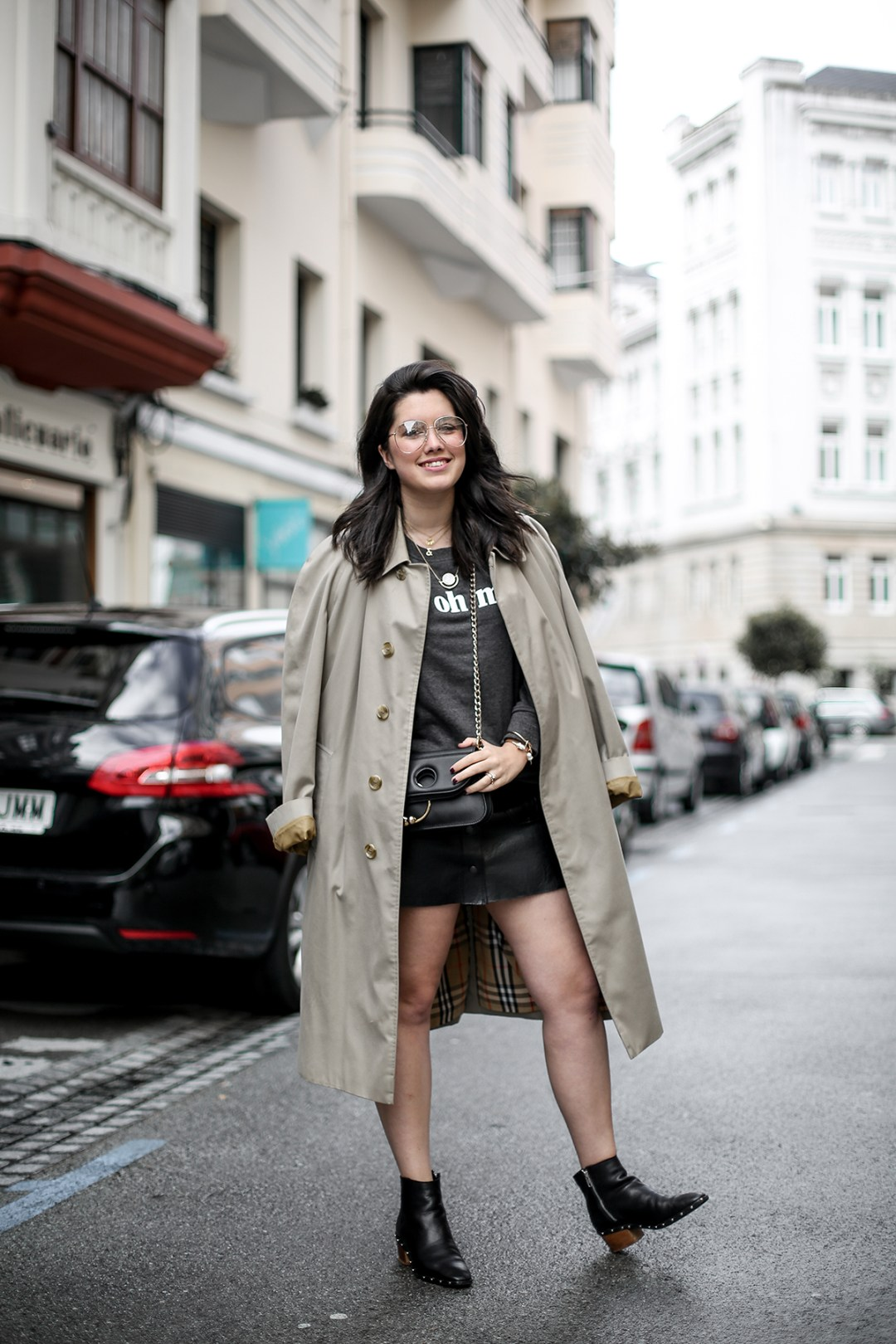 look-con-sudadera-gris-joanie-clothing-my-oh-my-burberry-trench-jw-anderson-pierce-bag5