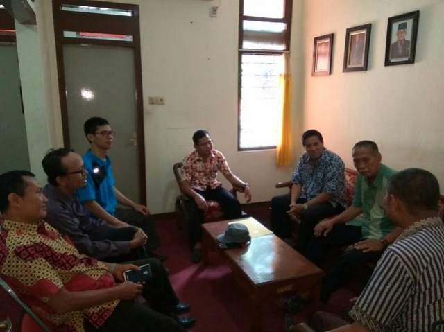 Pengurus DPD Partai Golkar Tulungagung saat berkunjung ke Kantor KPU Tulungagung (9/6)