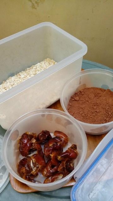 Kurma, coklat bubuk, dan oat