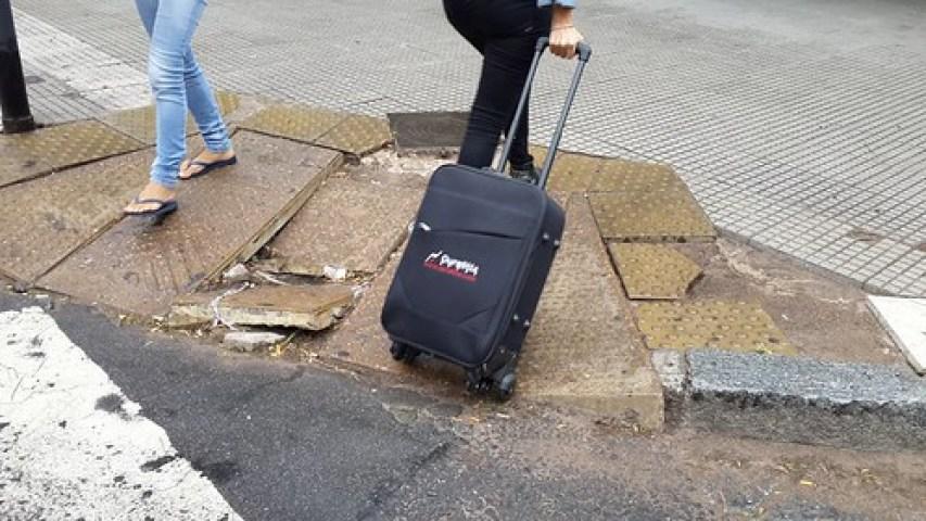 Turista con mochila de ruedas y problemas de accesibilidad universal