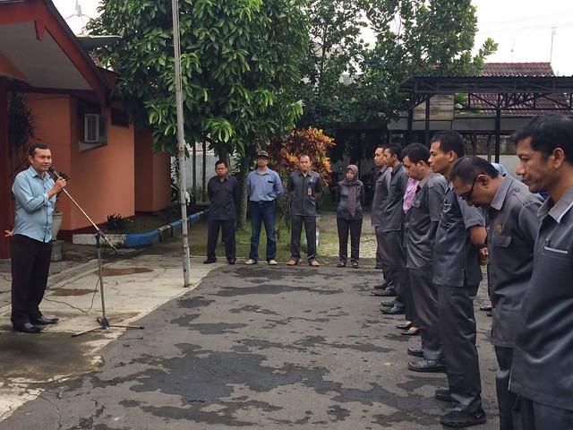 Suyitno Arman ketika memimpin apel pagi KPU Tulungagung (29/5)