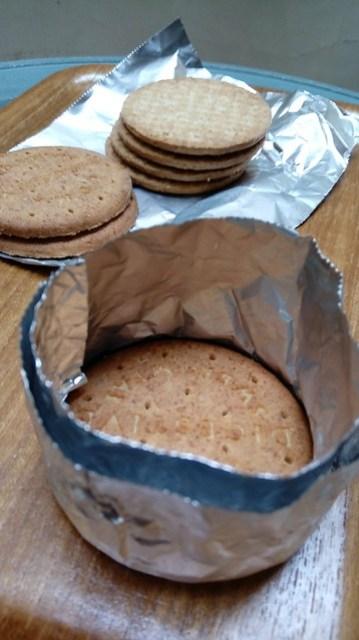 Cetakan sederhana dari aluminium foil dan biskuit