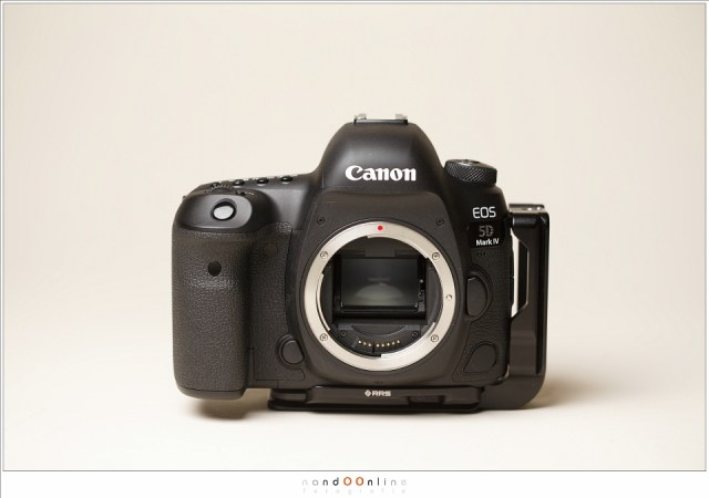 De Canon EOS 5D mark IV; het uiterlijk is niet veel anders dan het voorgaande model. De camera is hier voorzien van een Really Right Stuff L-bracket