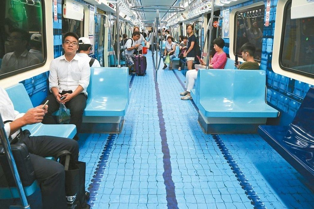 El metro decorado como una piscina olímpica