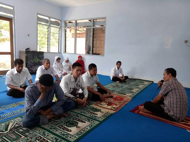 Suyitno Arman saat memberikan kultum kepada jama'ah sholat dzuhur musholla KPU Tulungagung (15/6)