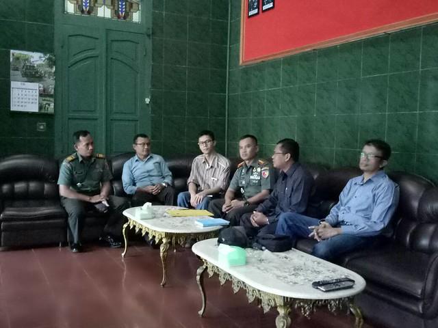 Suasana silaturahmi KPU dengan Komandan KODIM 0807 TULUNGAGUNG (29/5)