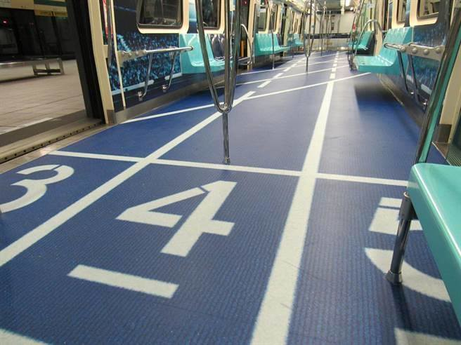 El metro decorado como una pista de atletismo para Universiade 2017