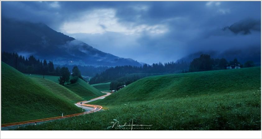 Een slingerende weg tussen de heuvels van Itter, in het licht van de vroege ochtend (Sony A9 + Canon EF 24-70L II @ 45mm | ISO100 | f/11 | 13sec)