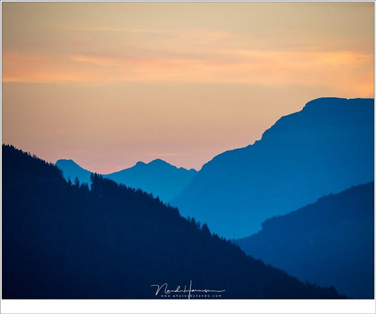 Het uitzicht richting het Karwendelgebergte, gehuld in het blauwe licht van de avondschemering. (Sony A9 + FE 100-400mm @ 400mm | ISO1250 | f/9 | 1/125)