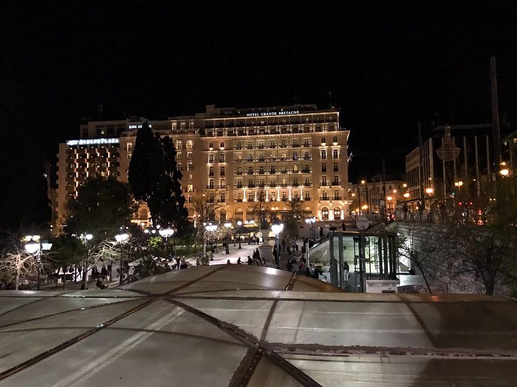 syntagma square and hotel grande bretagne by night
