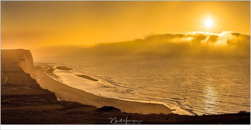 Een onwerkelijk wereld door het zonlicht in de vreemde gele lucht terwijl de mist over de zee heen steeds dichterbij komt (EF70-200L II @ 70mm   ISO100   f/8     panorama van drie opnamen)
