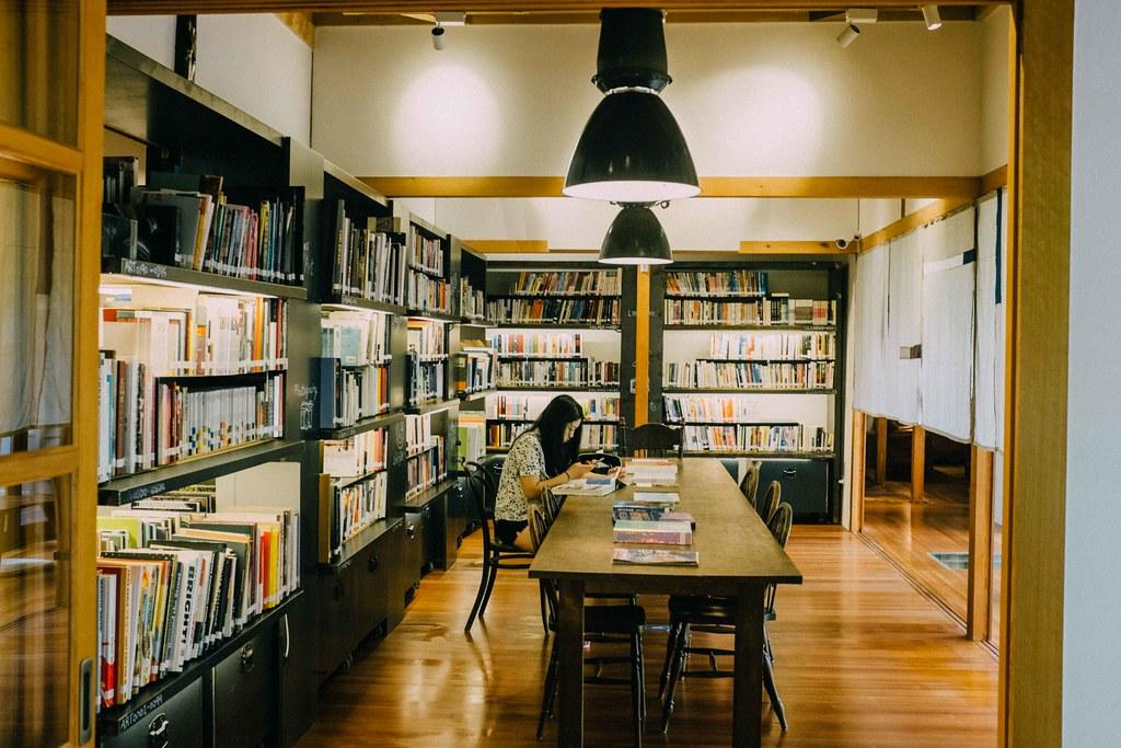 Una chica lee en el salón de lectura