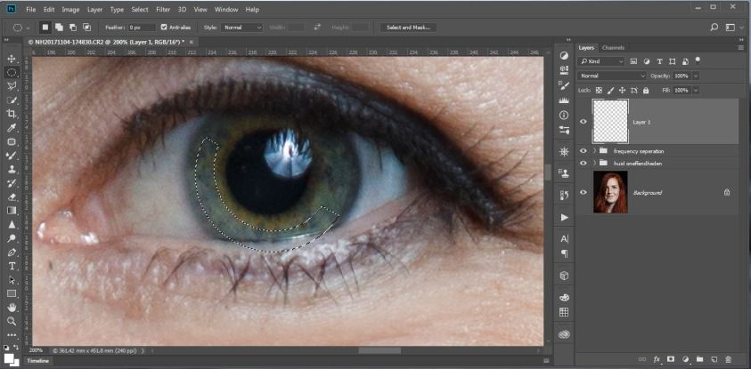 Verwijder met de Elliptical Marquee Tool het deel van de selectie die over de pupil valt. Zorg ook hier weer dat je niet te dicht tegen de rand van de pupil komt. Het eindresultaat is een selectie dat eruit ziet als een half maantje.